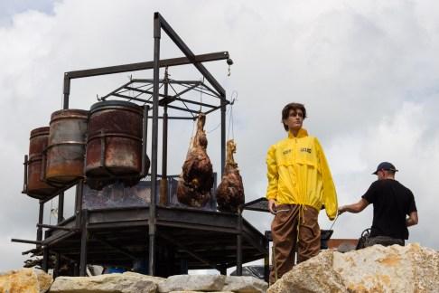 Les rôtis, protégés par un très ingénieux épouvantail à métalleux : un mannequin vêtu d'un k-way de la sécu.