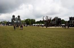 Le Hellfest et sa pelouse encore verte le deuxième jour.