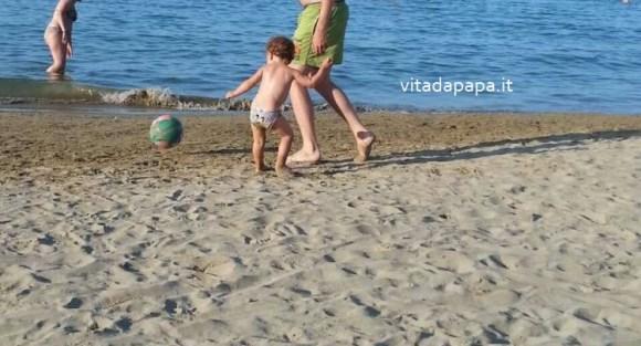 gioco spiaggia papà figlio