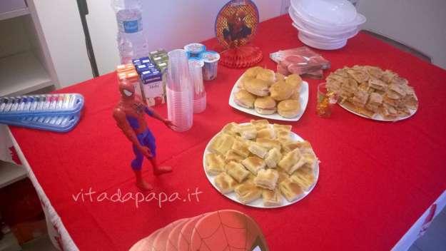 Prima della festa con Spiderman sul tavolo