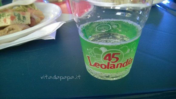 Prosecco nel bicchiere biodegradabile