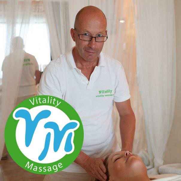 Massagetherapeut Jetze Janssen masseert hoofd van cliënt
