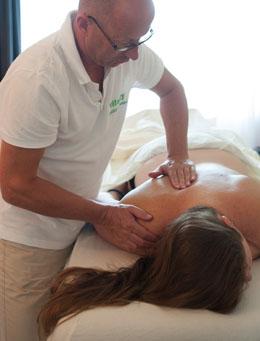 Triggerpointtherapie en triggerpointmassage op de rug, schouder- en nekspieren door massagegrepen op de monnikskapspier