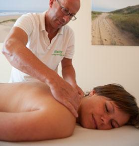 Massages gegeven door professionele masseur voor gespannen schouder- en nekspieren van cliënt