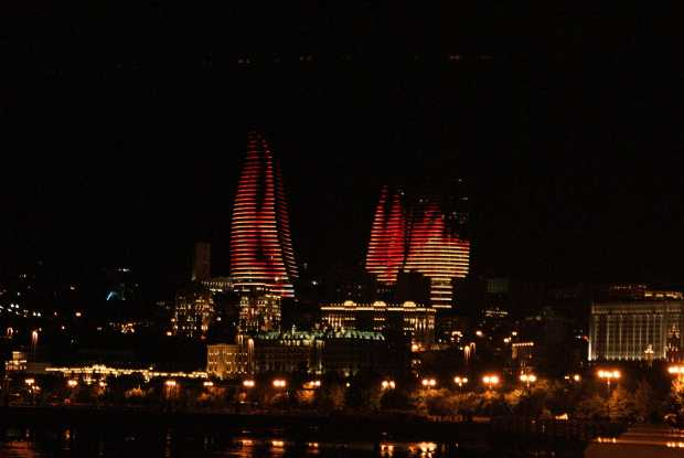 Flame Towers nocą