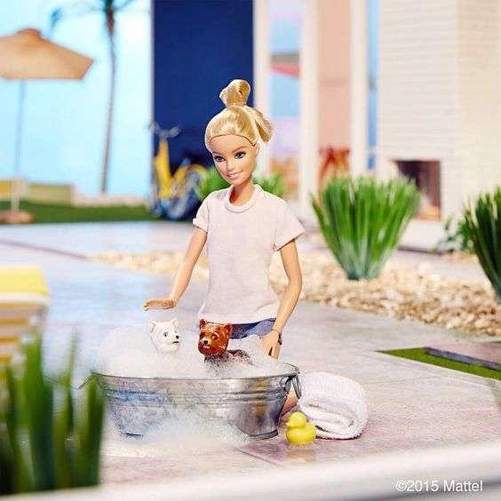 Barbie umile lava i cani