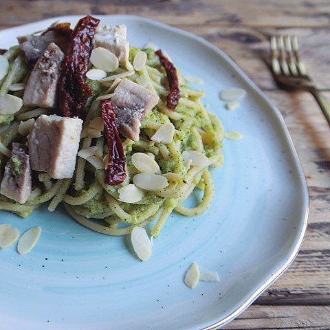 spaghetti con pesto di broccoli pesce