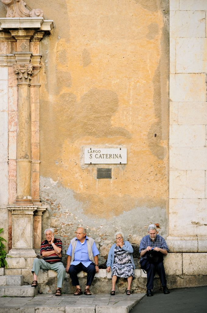anziani seduti italia