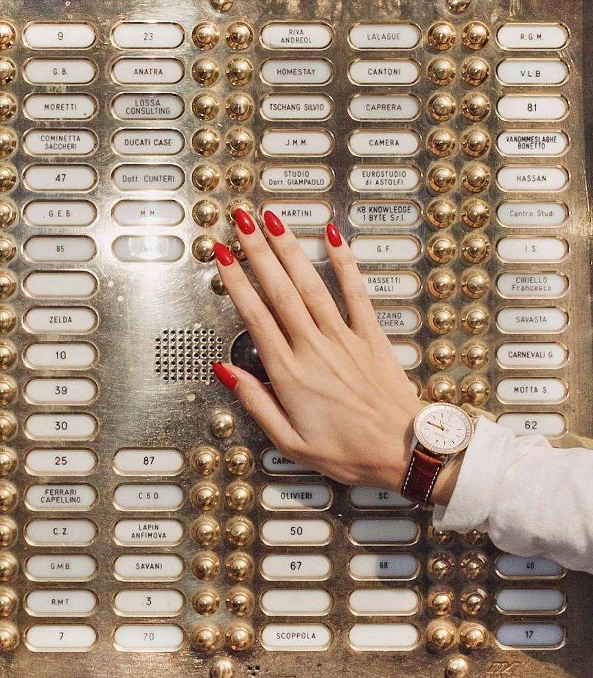 unghie rosse sul citofono