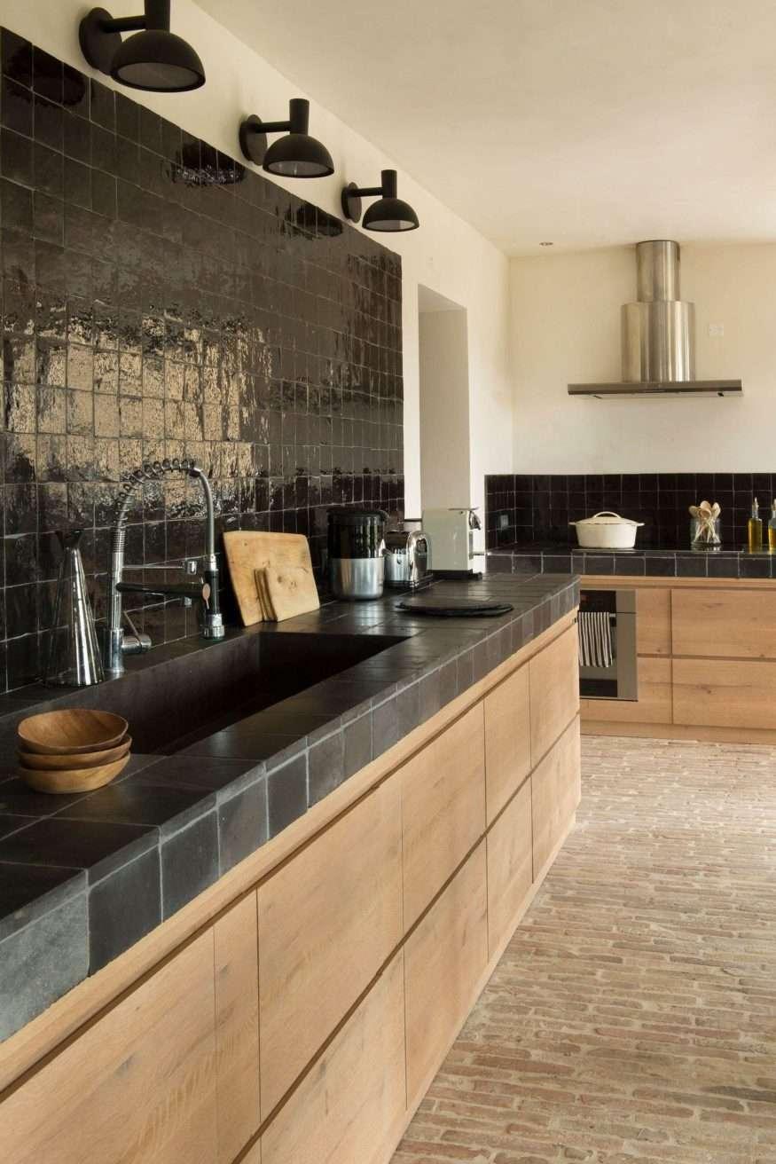 cucina con piastrelle nere