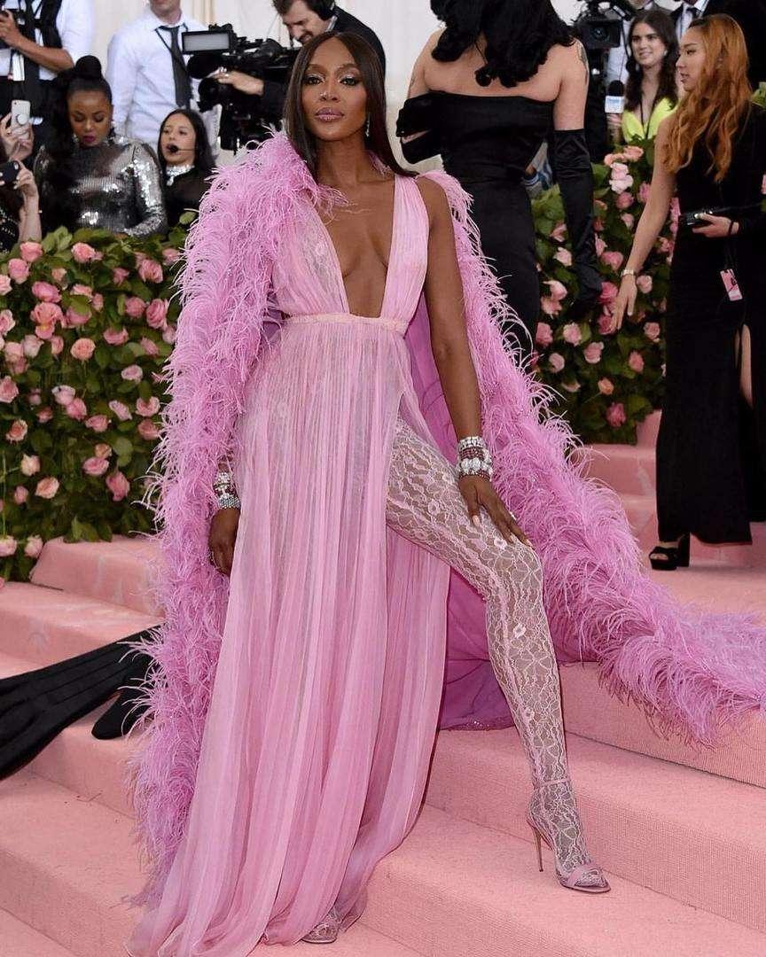Naomi Campbell abito rosa con piume