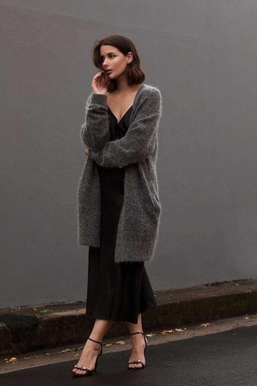 abito in raso nero con maxi cardigan