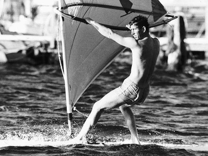 Il principe Carlo fa windsurf
