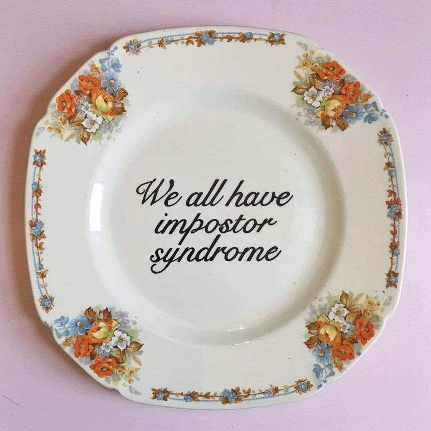 piatti con le scritte