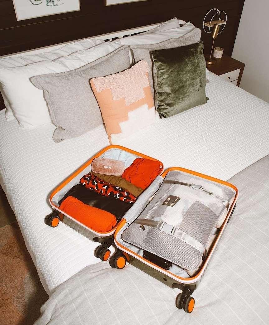 valigia sul letto