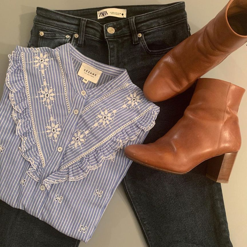 camicia con jeans e stivaletti