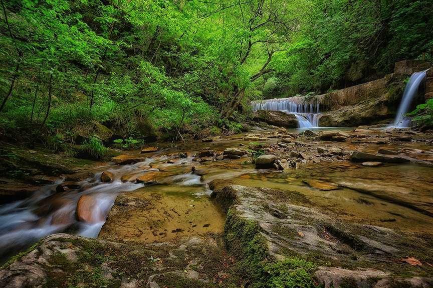 Cascata nel bosco con foliage