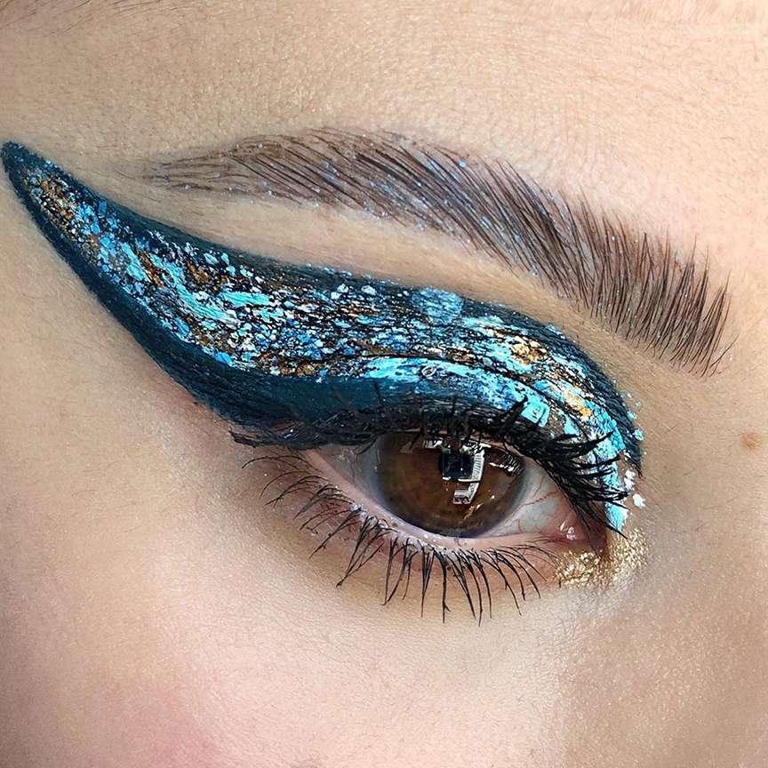 occhio con eyeliner blu brilante