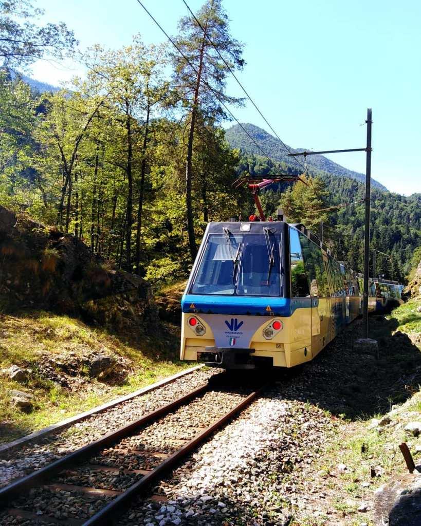 Treno su ferrovia del foliage