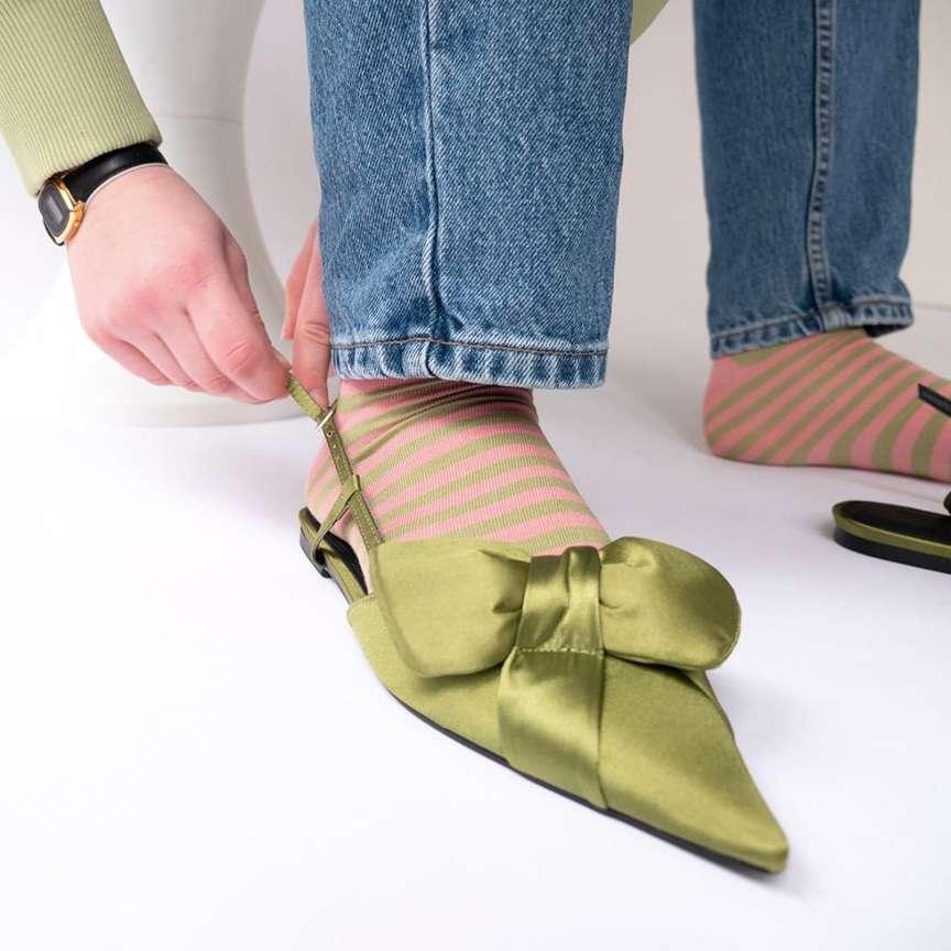 Calzini stampati con scarpe sobrie