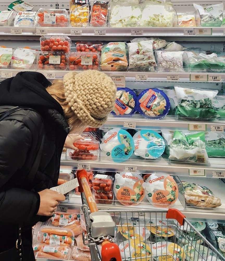 Cappelli di lana indossati al supermercato