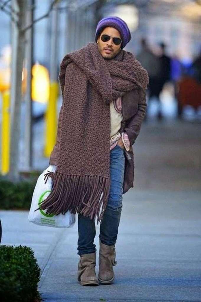 Lenny Kravitz che indossa una maxi sciarpa fatta a amano