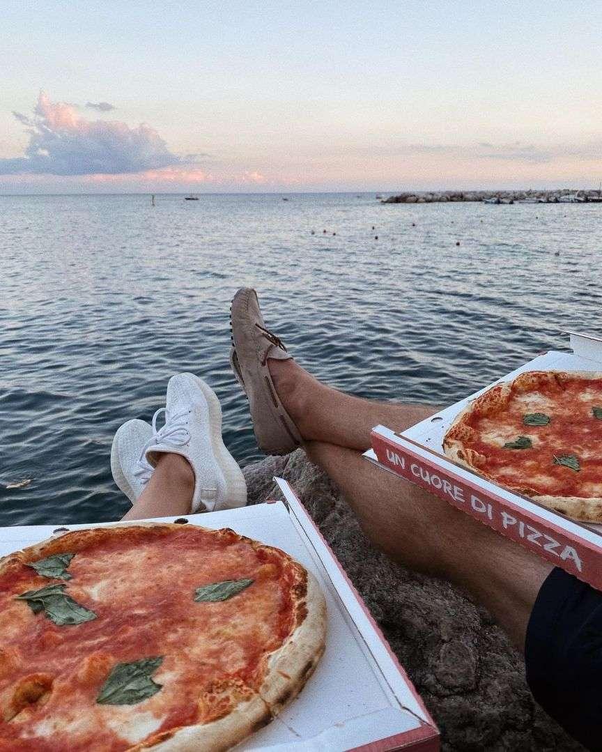 pizza nel cartone in riva al mare