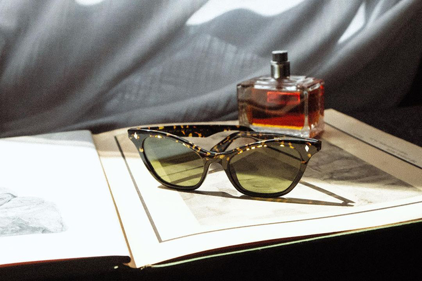 Un libro con occhiali e profumo