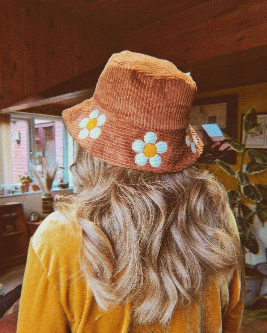 moda anni 70 con margherite