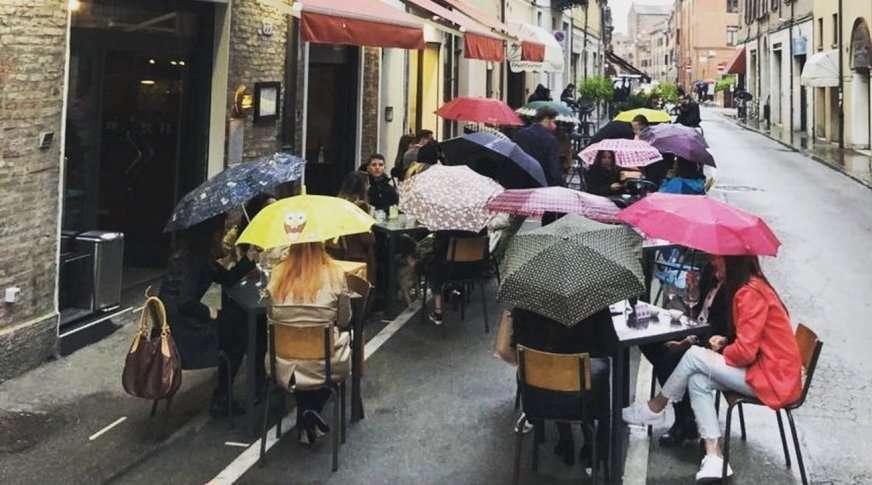 mangiare all'aperto sotto la pioggia zona gialla