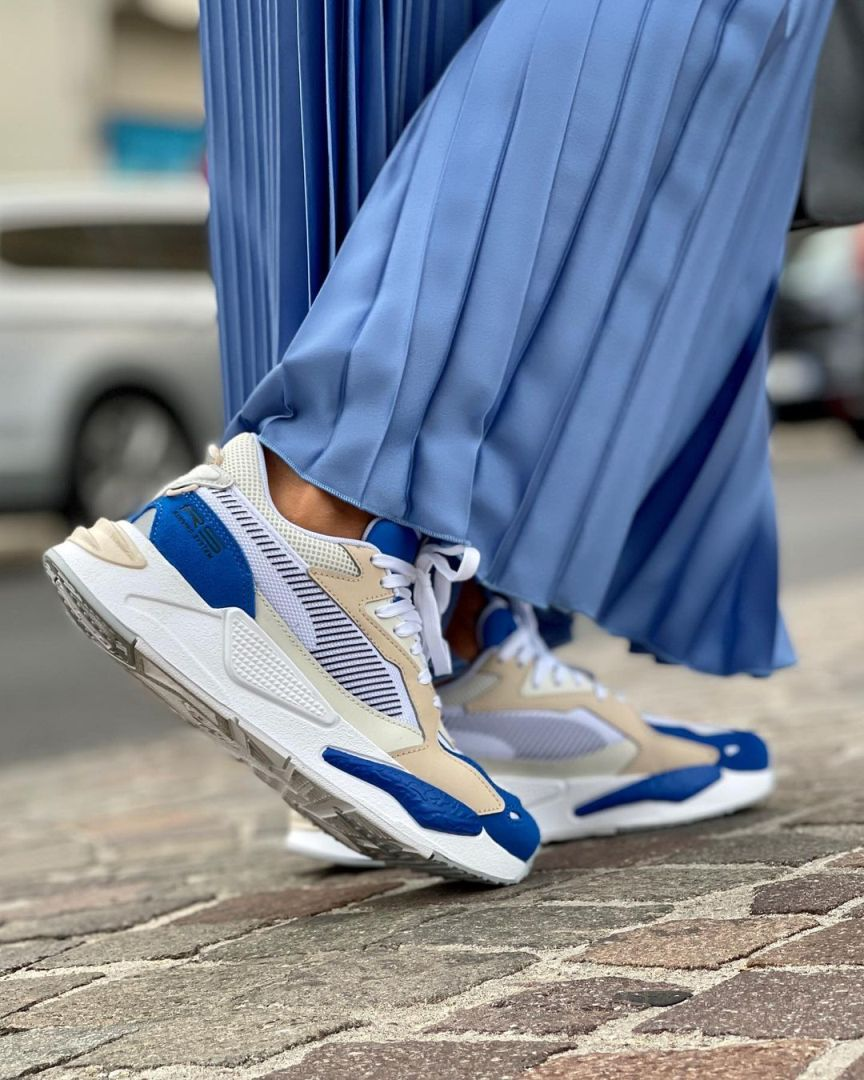 scarpe da ginnastica con gonna lunga