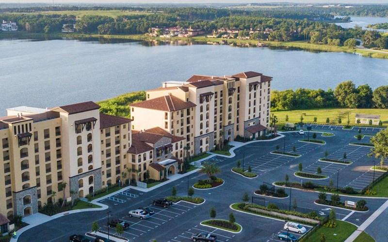 Imagem de Clermont na Florida mostrando lagos e prédios da região