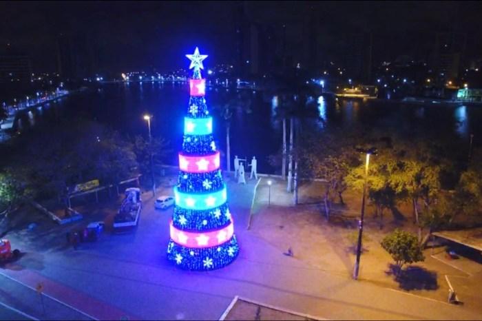 Árvore de Natal de 22 metros e painéis em LED é inaugurada em Campina Grande