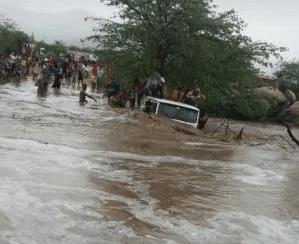 Carro é arrastado por correnteza de rio após chuva em cidade do Cariri