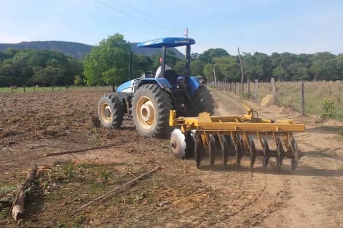 Prefeitura da Prata realiza grande programação de aração de terras na zona rural