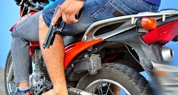 Bandidos não se intimidam e assaltam mercadinho em rua movimentada de Monteiro
