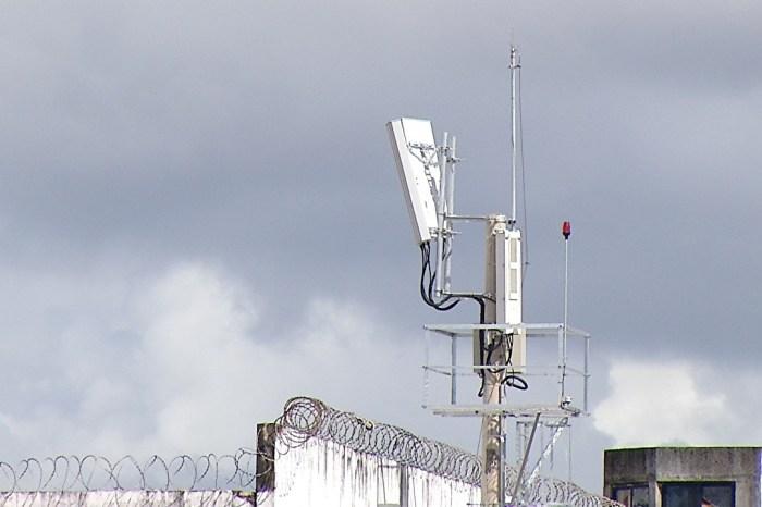Bloqueio de sinal de celular em presídio é obrigatório