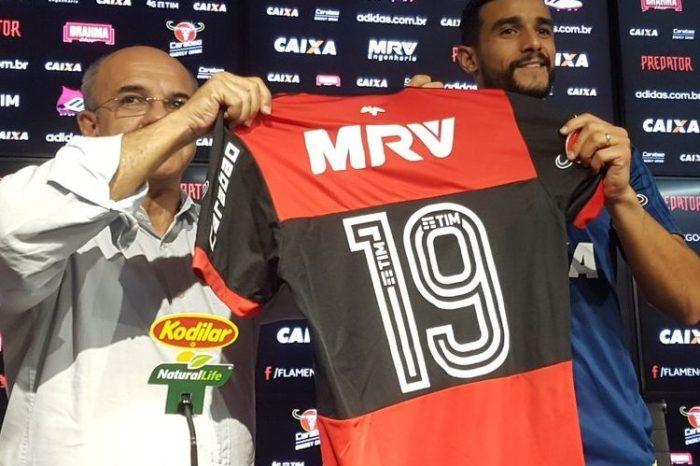 Dourado veste a 19 do Flamengo e evita polêmica com Flu: ''Uma nova história''