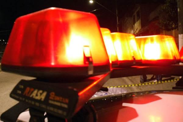 Dois homens armados com facas assaltam loja de conveniência no centro de Monteiro