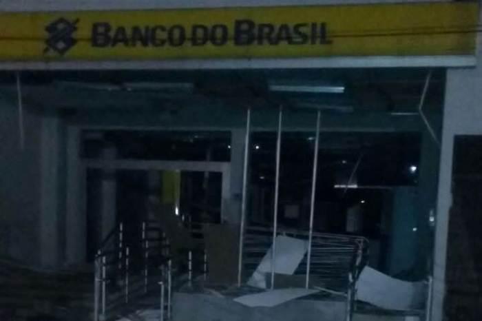 Grupo fortemente armado explode agência de banco na PB