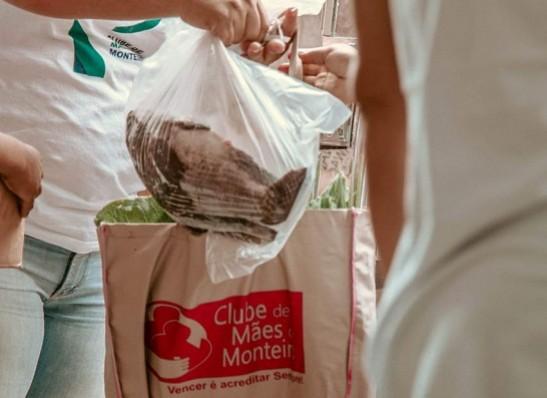 Clube de Mães de Monteiro distribui ovos de páscoa e peixe para famílias carentes