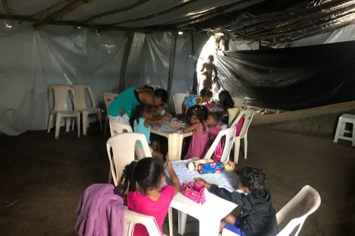 Crianças estudam embaixo de lona após fechamento de escola