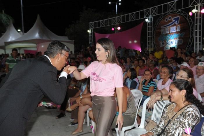 Noite Rosa homenageia mulheres monteirenses na Praça João Pessoa