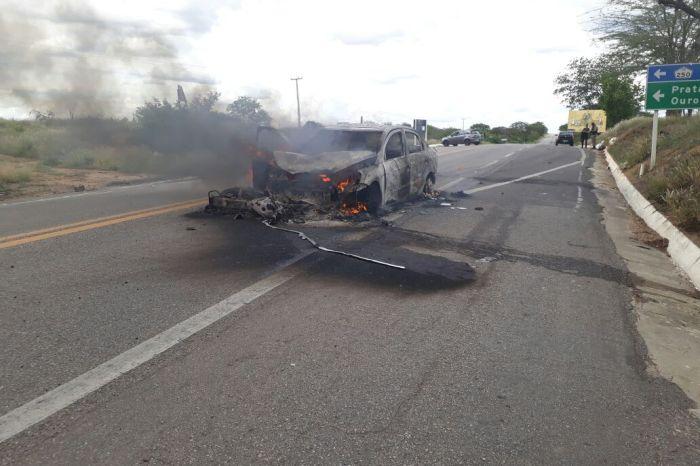 Carro colide com moto na BR 412 e pega fogo; motoqueiro é socorrido pelo SAMU