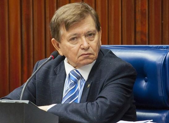 Deputado João Henrique perde o equilíbrio durante programa de rádio em Monteiro