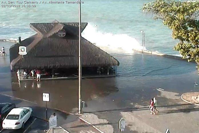Maré alta e ondas fortes causam transtorno no litoral paraibano
