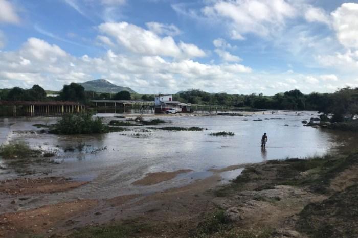 Chuvas obrigam moradores a usarem canoas no sertão da PB