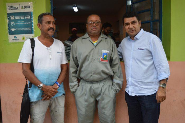 Secretaria de Obras e Agricultura de Sumé entrega uniformes aos funcionários