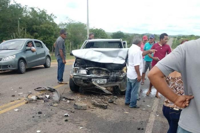 Colisão frontal entre carros deixa três pessoas feridas entre Monteiro e Zabelê