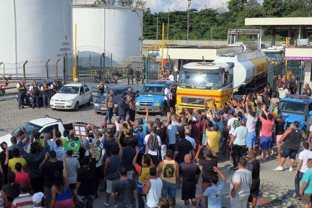 Bloqueios de caminhoneiros persistem apesar de concessões